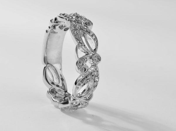 18kt White Gold Vintage Floral Wedding Band